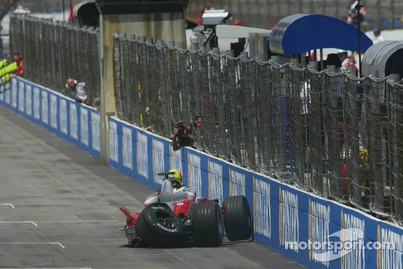 Ralf Schumacher gira y se estrella en la pared
