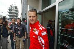 Michael Schumacher sai da reunião da Michelin