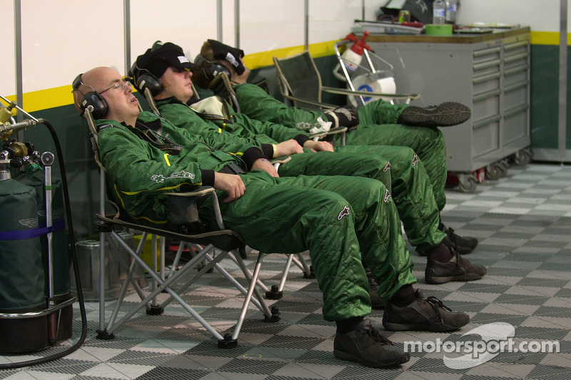 2005 год. Механики Aston Martin Racing спят во время гонки