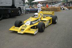 Рене Арну за рулем Renault RS01 1977 года