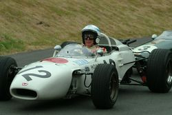 #300 1967 Honda RA300, class 6: John Surtees y #18 1966 Brabham-Honda BT18, class 6: Jenson Button