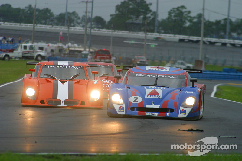 La CITGO - Howard - Boss Motorsports Pontiac Crawford N°2 (Milka Duno, Jan Lammers) devance un groupe de voitures