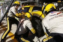 #64 Corvette Racing Corvette C6-R: Olivier Gavin, Oliver Beretta, Jan Magnussen in the pit with a sh