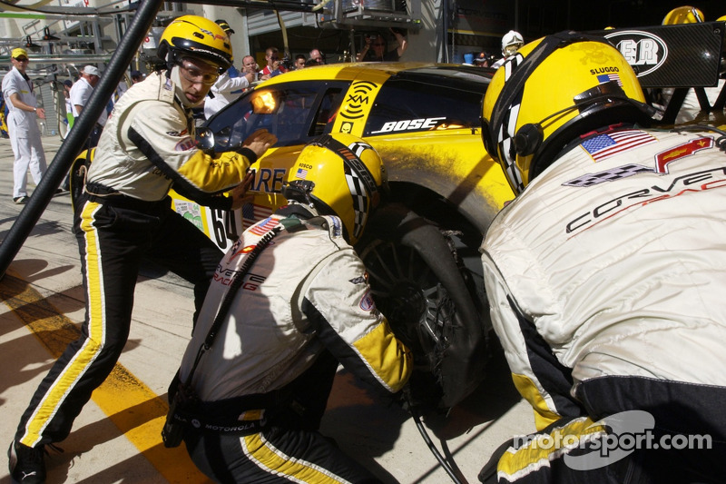 2005: #64 Corvette Racing Corvette C6-R: Olivier Gavin, Oliver Beretta, Jan Magnussen in the pit with a shredded tire