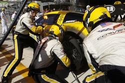 #64 Corvette Racing Corvette C6-R: Olivier Gavin, Oliver Beretta, Jan Magnussen in the pit with a sh