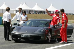 Michael Schumacher hace una vuelta de demostración en un Ferrari