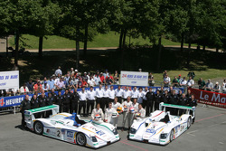 Champion Racing Audi R8 : Frank Biela, Allan McNish et Emanuele Pirro; JJ Lehto, Marco Werner, Tom Kristensen et son équipe
