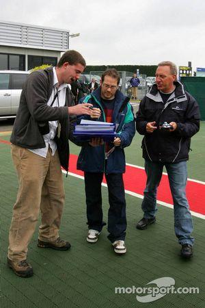 Jacques Villeneuve firma autógrafos