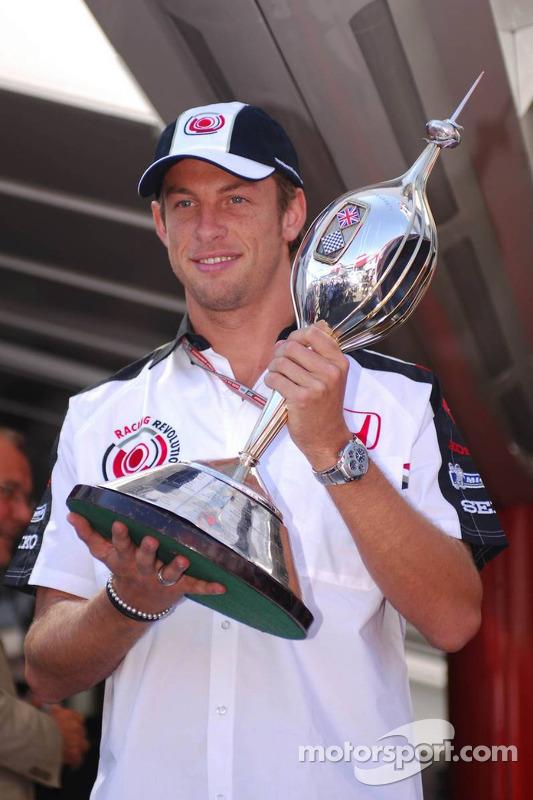 Jenson Button recibe el trofeo de Hawthorne