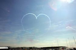 La Royal Air Force Red Arrows sobre vuelan el circuito