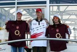 Ralf Schumacher y Jarno Trulli con Arsene Wenger