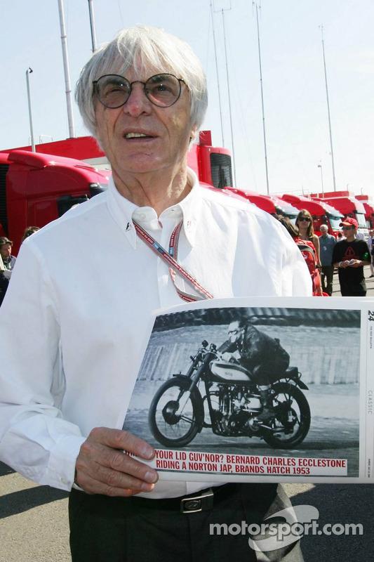 Bernie Ecclestone tiene una imagen de sí mismo en una moto de 1953