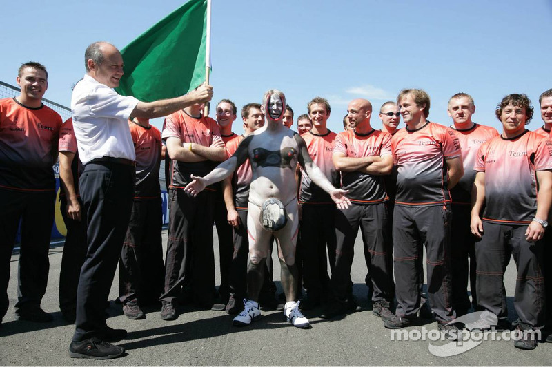 Periodista Bob McKenzie corre desnudo alrededor de Silverstone tras una promesa hecha si McLaren gan