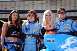 Fernando Alonso y Giancarlo Fisichella con Playstation chicas Lucy Pinder y Michelle MarshBritish ve