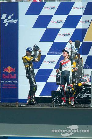 Podium: racewinnaar Nicky Hayden viert feest met Colin Edwards en Valentino Rossi