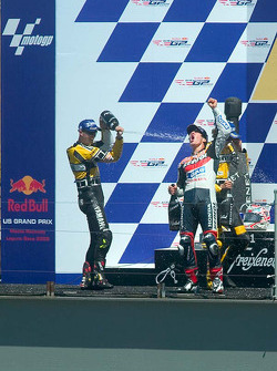Nicky Hayden fête sa victoire sur le podium avec Colin Edwards et Valentino Rossi