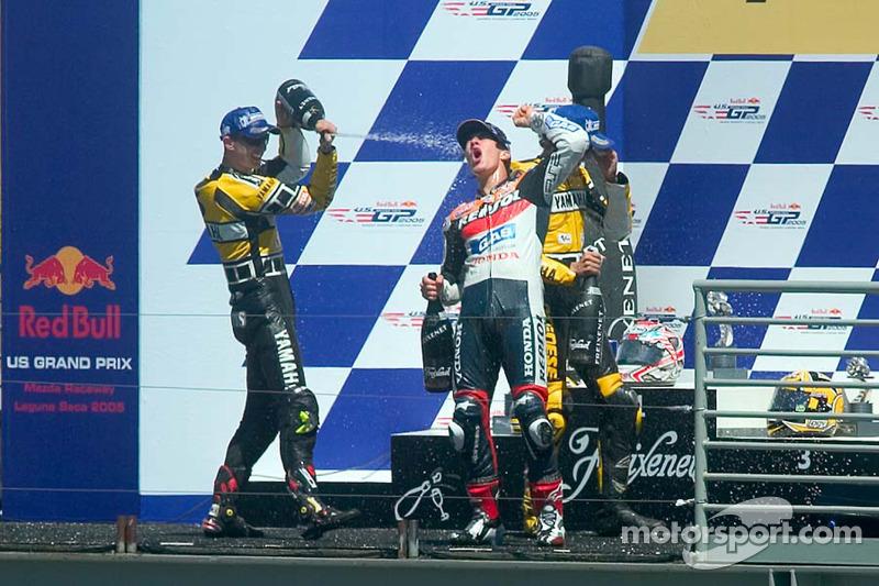 Podium : Nicky Hayden celebra su triunfo con Colin Edwards y Valentino Rossi