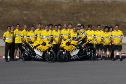 Colin Edwards y Valentino Rossi posan con el Yamaha Gauloises Team
