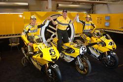 Colin Edwards y Valentino Rossi posan en el Yamaha Gauloises Team pit box