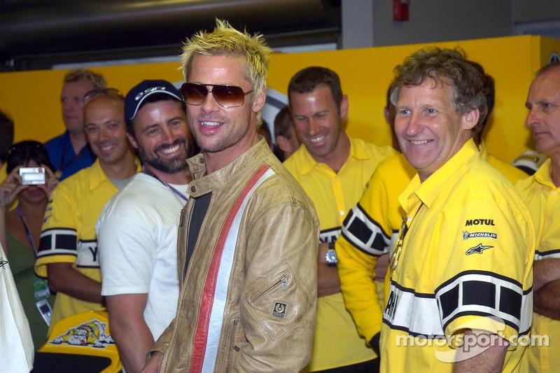 Brad Pitt visita al equipo Yamaha