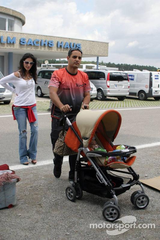 Juan Pablo Montoya con esposa Connie y niño Sebastian