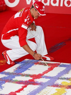 Evento de Vodafone en Hockenheim Talhaus: Michael Schumacher signs his artwork