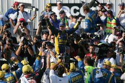 Victory lane : le vainqueur Kurt Busch fête sa victoire