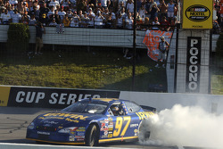 El ganador de la carrera, Kurt Busch festeja