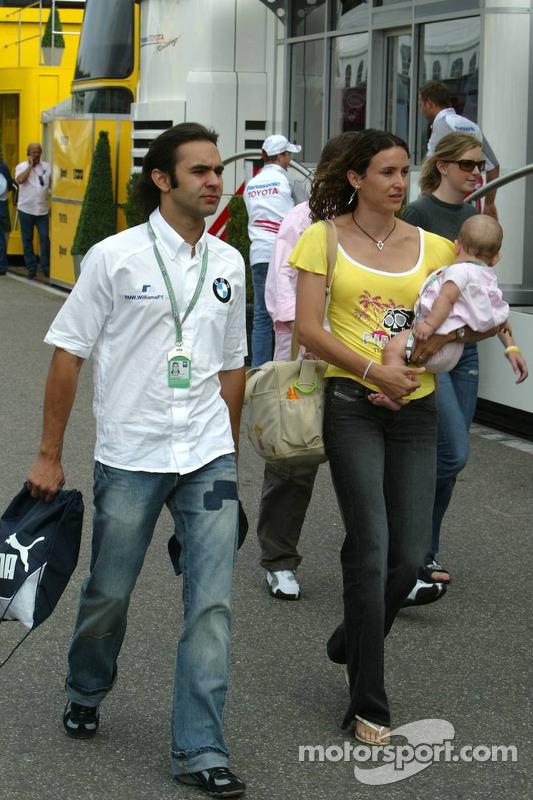 Antonio Pizzonia con su esposa Maureen y su bebé