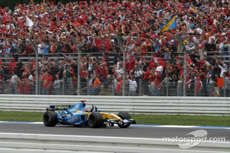 Yarış galibi Fernando Alonso kutlama yapıyor