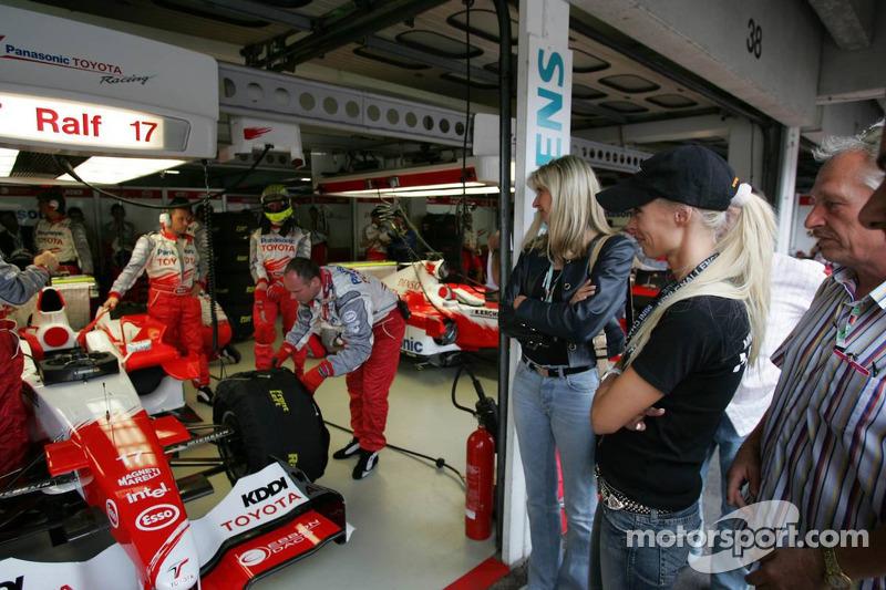 Cora Schumacher observa a su marido Ralf preparándose para la carrera