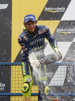 Podium : champagne pour Valentino Rossi