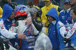 Kenny Roberts celebra en el podio