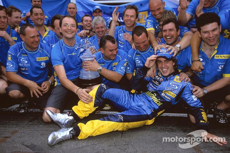Ganador de la carrera Fernando Alonso celebra con los miembros del equipo Renault F1