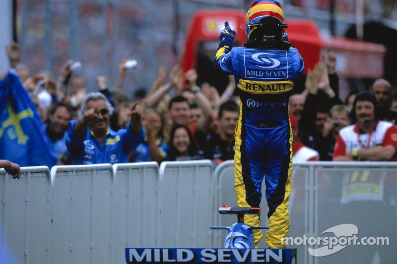 Podyum: Yarış galibi Fernando Alonso kutlama yapıyor