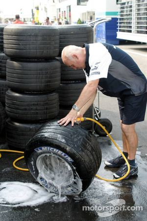 Miembro del equipo Williams limpia los neumáticos