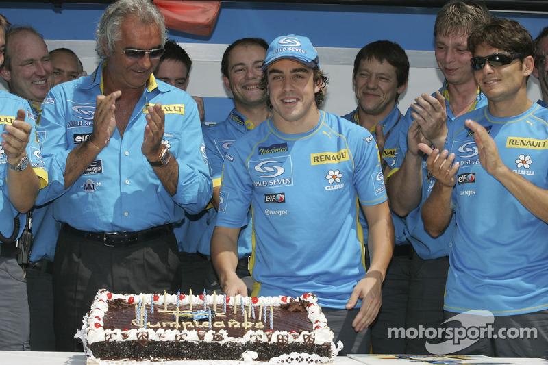 Фернандо Алонсо отмечает свой 24-й день рождения вместе со своим напарником Джанкарло Физикеллой, руководителем команды Флавио Бриаторе и другими сотрудниками Renault F1 team