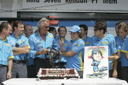 Фернандо Алонсо отмечает свой 24-й день рождения вместе со своим напарником Джанкарло Физикеллой, ру
