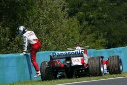 Jarno Trulli se detiene en la pista