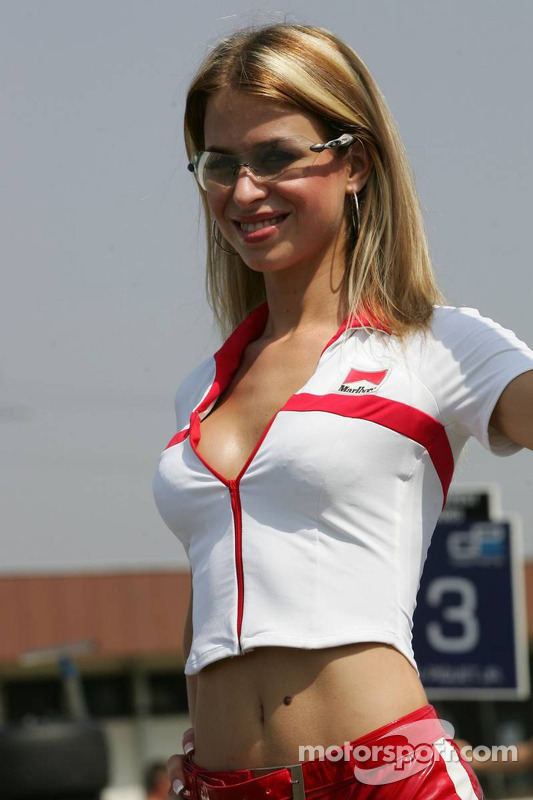 f1-hungarian-gp-2005-a-grid-girl.jpg