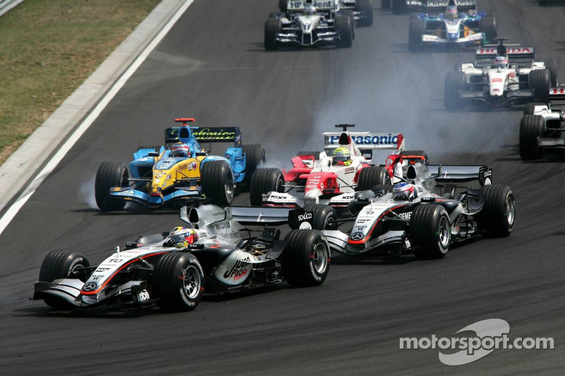 Juan Pablo Montoya, Kimi Raikkonen, Ralf Schumacher ve Fernando Alonso battle first corner