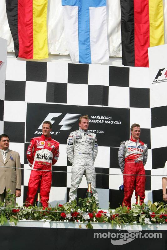 Podio: ganador de la carrera Kimi Raikkonen y segundo lugar Michael Schumacher y tercer lugar Ralf S