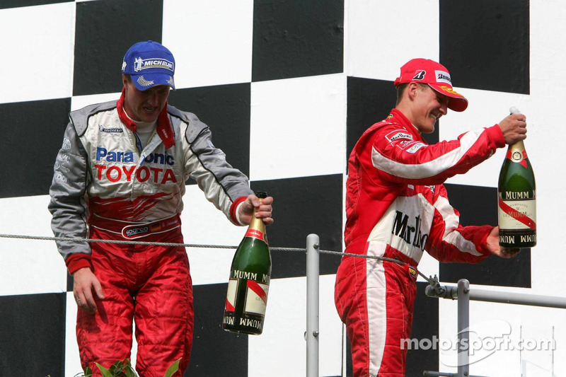 Podio: champagne para Ralf Schumacher y Michael Schumacher