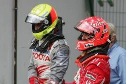 Ralf Schumacher y Michael Schumacher celebran el podio
