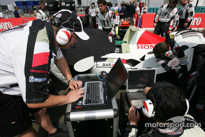 Miembros del equipo BAR Honda en el trabajo