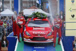Podium : champagne pour les vainqueurs Marcus Gronholm et Timo Rautiainen