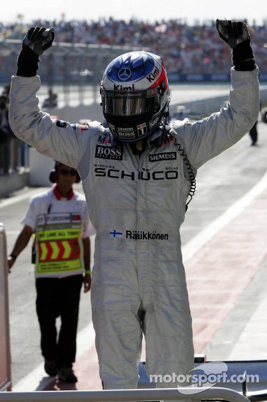 Yarış galibi Kimi Raikkonen'in kutlaması
