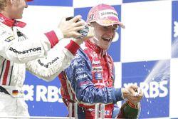 Podium : Champagne pour Heikki Kovalainen et Nico Rosberg