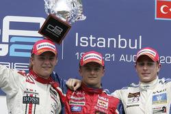 Podio: ganador de la carrera Heikki Kovalainen con Nico Rosberg y Adam Carroll