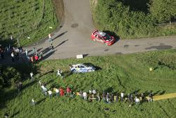 Джанлуиджи Галли и Гвидо Д'Аморе проезжают мимо машины Даниэля Сола и Хавьера Амиго